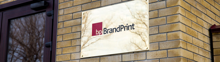 фасадная табличка с названием и логотипом фирмы