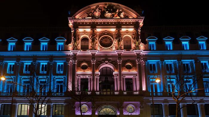 подсветка отдельных деталей здания
